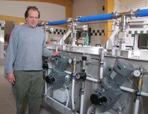 Michel Fayant devant ses nouvelles centrifugeuses