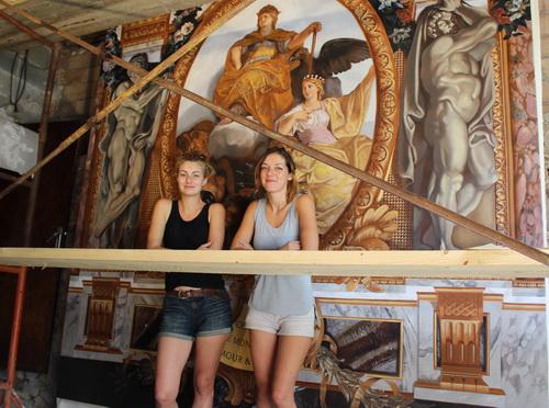 Célina Mège et Camille Jadot devant leur œuvre terminée.