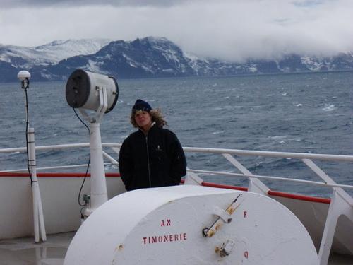 Laurence Clary sur le pont du Marion Dufresne arrivant devant l'archipel des Kerguelen