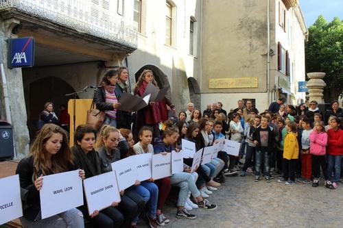 Devant les écoliers et collégiens, le groupe vocal Tzarik a interprété le chant de la résistance juive du ghetto de Varsovie.