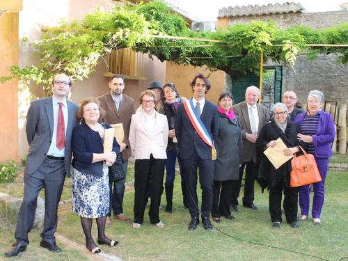 le maire remet aux membres des familles descendantes des martyrs de la rafle le titre de citoyen d'honneur de la commune.