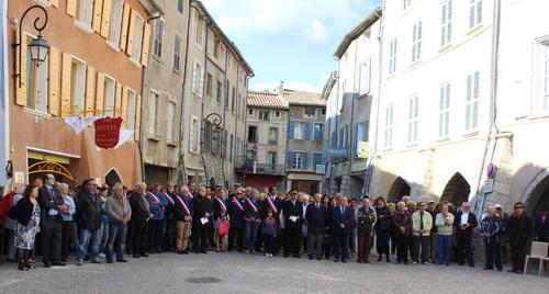 Les buxois parmi lesquels plusieurs personnalités et maires des communes voisines sont venus nombreux se recueillir sur la place des arcades devant la façade de l'hôtel du Lion d'or.